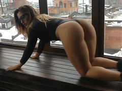 Girl with glasse twerk